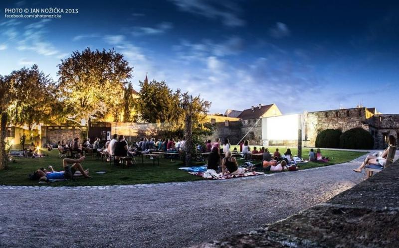 Letní kino v zámeckém parku: Trabantem až na konec světa